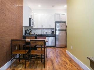 2BR/1BA Rustic Apt 2mins from A/C Subway, Brooklyn