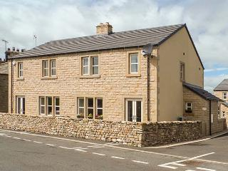 THISTLEDOWN, semi-detached cottage, en-suite, woodburner, parking, enclosed garden, in Ingleton, Ref 917086