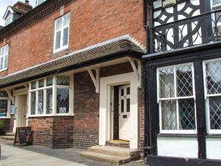 APPLEGARTH, pet-friendly cottage with courtyard, central location, ideal touring base, in Cleobury Mortimer, Ref 920058