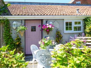 PEAR TREE COTTAGE, detached, open plan, woodburner, pet-friendly, patio, in Mark, Ref 924756
