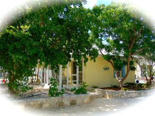 Sweet Escape Guest Cottage Waterfront w/Jeep/B Opt, Providenciales