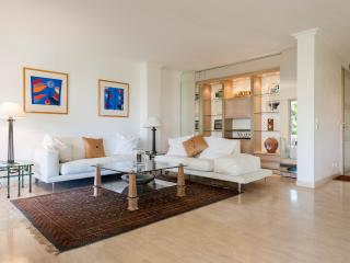 Luxury Apartment : Pool, Garden, 3 Bedrooms,3 Bathrooms, Spacious and Modern