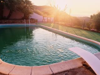Villa con piscina, terrazza e giardino, vista mare