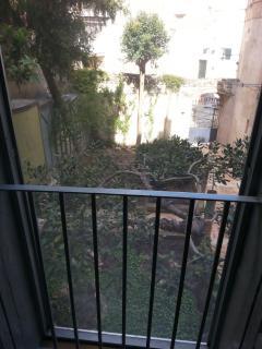 Dal balconcino potrete ammirare un suggestivo giardino immerso nella cornice dei Sassi di Matera