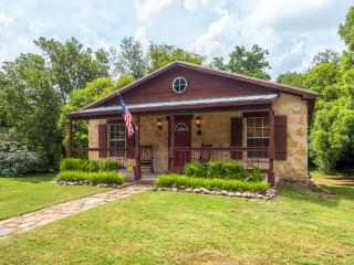 Buy 2 Nights, Get 1 FREE! Renovated 2BR Glen Rose Cottage Close to Town!
