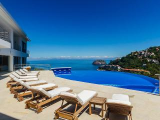 Villa Magnifico, Sleeps 18, Boca de Tomatlan