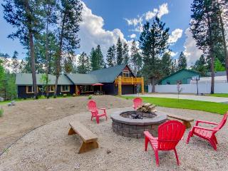 20 Minutes from Mt. Bachelor with hot tub, fire pit, more! Bring your dogs too!, Sunriver