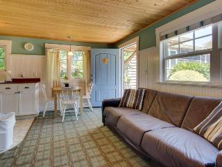 Adorable, airy, dog-friendly cottage close to beach & downtown!