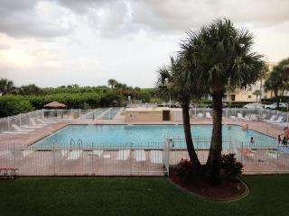 7520 Ridgewood Ave Unit #202 :: Cape Canaveral Vacation Rental