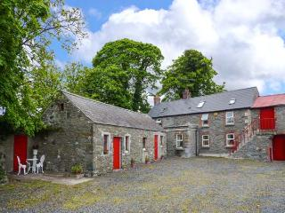 FANE FARMHOUSE, detached, ground floor bedroom, covered BBQ area, near Louth, Re