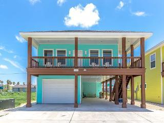 3BR/3BA House, Pool On-Site, Walk to Beach, Sleeps 10, Port Aransas