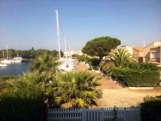 appartement climat.s/ ile des marinas,parking gratuit,plage privee,wifi,vue port