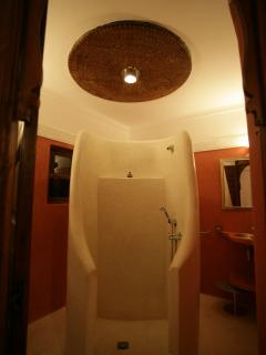 douche au milieu de la salle de bain' suite rouge'