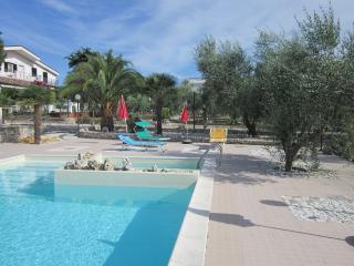 monolocale in parco ulivi con piscina