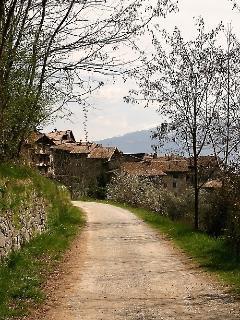 Strada dal Lago di Tenno al borgo