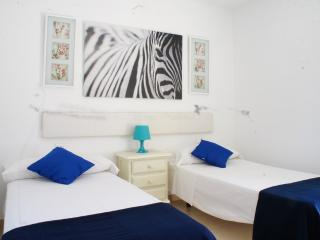 4 PAX PLAYA DEN BOSSA APARTMENT 2. Beach 2 mins!, Playa d'en Bossa