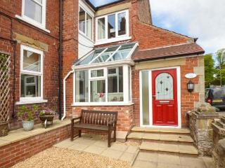 OAKLEIGH HOUSE, attractive cottage, near walks, attractions and amenities, two