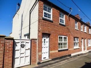 SEAFRET COTTAGE, end-terrace, pet-friendly, sun room, in Mundesley, Ref 925790
