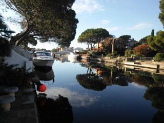 Casa Olmena mit Bootsliegeplatz am Hauptkanal