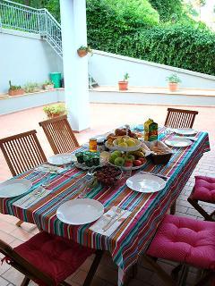 L'ampio loggiato esterno che precede la casa è il luogo del ritrovo e del relax