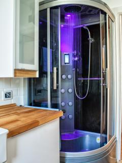 La cabina doccia con la cromo terapia in funzione, in colorazione viola