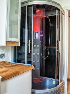 La cabina doccia con la cromo terapia in funzione, in colorazione rosso