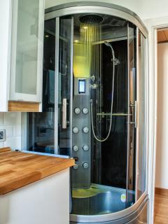 La cabina doccia con la cromo terapia in funzione, in colorazione gialla