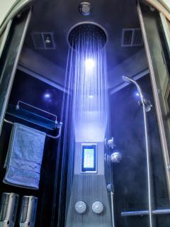 La cabina doccia, con lo schermo touch screen, dove selezionare le diverse funzioni