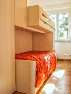 Camera da letto singola, con due letti singoli a ponte, ampi armadi e tv a led