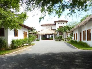 Priv. Beachfront House Gated Golf and Surf Resort, Tola