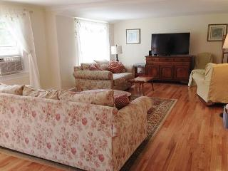 SKAKET BEACH LOCATION IN ORLEANS SLEEPS 8 HAS A/C AND IS PET FRIENDLY