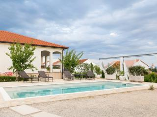 Luxury Villa Sunny Garden, 10 min away from Split, Kastel Gomilica