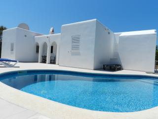Beautiful villa newly tiled inside and outside with private pool and wifi