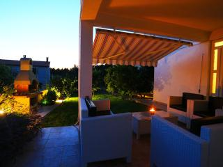 FAMILY HOUSE 4-7 PERSON- 3 BEDROOM-FREE PARKING, Zadar