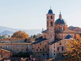 Veduta della città storica di Urbino nelle Marche in Italia