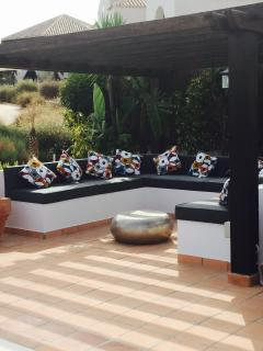 Outdoor relaxed seating under pergola
