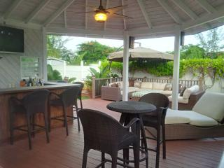 Town-home with deck and bar steps from beach, Nassau