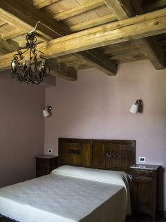 Camera 'Cipria'; particolare del soffitto con travi a vista