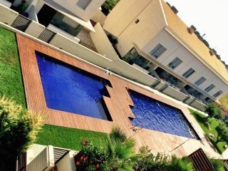 Casa con piscina y jardín. torredembarra, cala canyadell