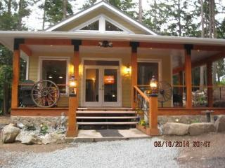 New tranquil luxurious cottage close to ferry, Galiano Island