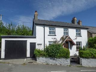 BRYN FFYNNON, detached, WiFi, lawned garden, beautiful country views, near Llanrwst, Ref 926542