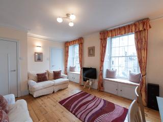 2 Bedroom Apartment on Edinburgh's Royal Mile (5)