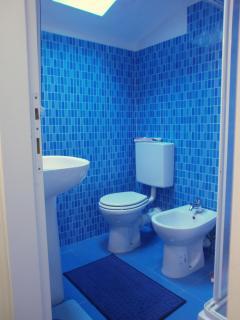 Il 2° bagno completo, con lucernario apribile. E al piano superiore,tra la cucina e la 2° camera