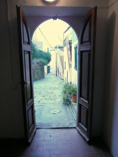 Una vista della strada sottostante casa fotografata da dentro la porta d'entrata dell'edificio