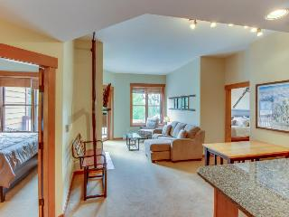Modern, clean ski condo w/ shared hot tub & pool - walk to the slopes!, Copper Mountain