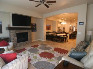 1st Class Luxury Home Heated Pool/Hot tub sleeps16, St. George