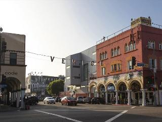 Bright studio in Venice, steps from Abbot Kinney Boulevard and just a short w