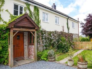 THE HOLLYBUSH, super king-size bedroom, off road parking, enclosed garden, in Presteigne, Ref 22138