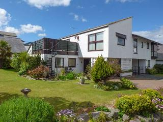 BOATHOUSE, roof terrace with beautiful views, WiFi, secure storage, Deganwy, Ref 922192