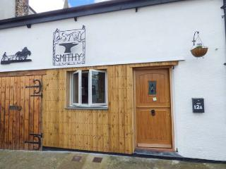 THE OLD SMITHY, terraced cottage, en-suites, woodburner, courtyard with BBQ, in Lostwithiel, Ref 922728
